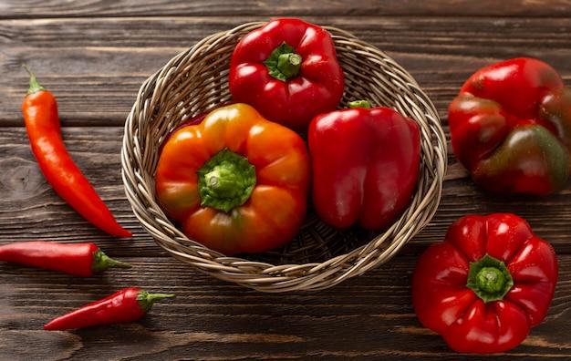 Legumes vermelhos frescos de ângulo alto