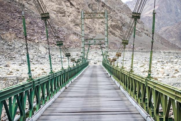 Leh ladakh, bela paisagem, outono colorido e montanhas do himalaia