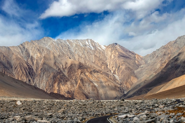 Leh ladakh, bela paisagem vista na estrada ao redor com montanha