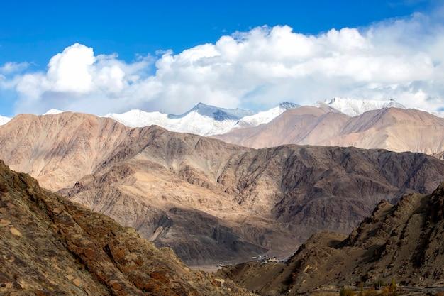 Leh ladakh, cordilheira do himalaia e neve e nublado no estado da região de ladakh, jammu e caxemira, parte norte da índia