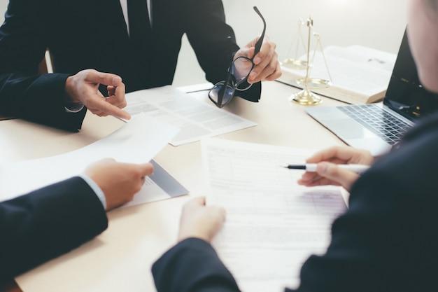 Lei, aconselhamento e conceito de serviços jurídicos.