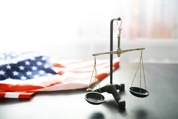Lei dos estados unidos, balança da justiça e bandeira americana. conceito. dinheiro.