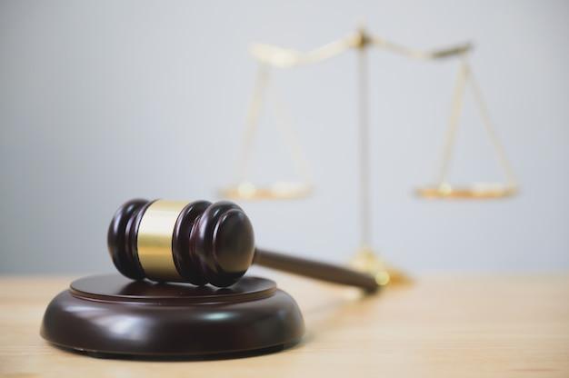 Lei e justiça, legalidade, martelo de juiz na mesa de madeira