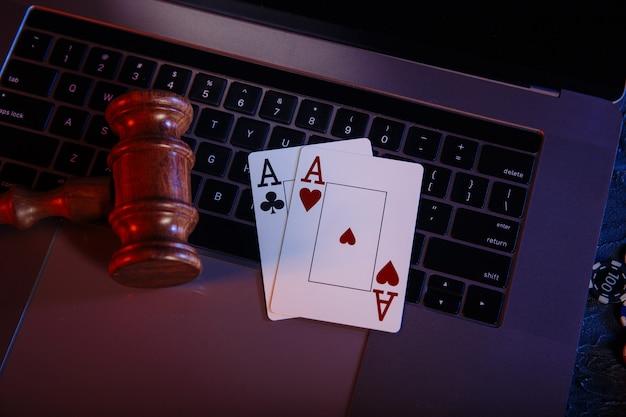 Lei e regras para o conceito de casino online, juiz do martelo com ases no teclado