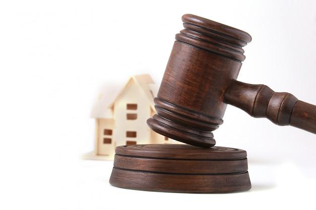 Leilão de casa, martelo de leilão, símbolo de autoridade e casa em miniatura