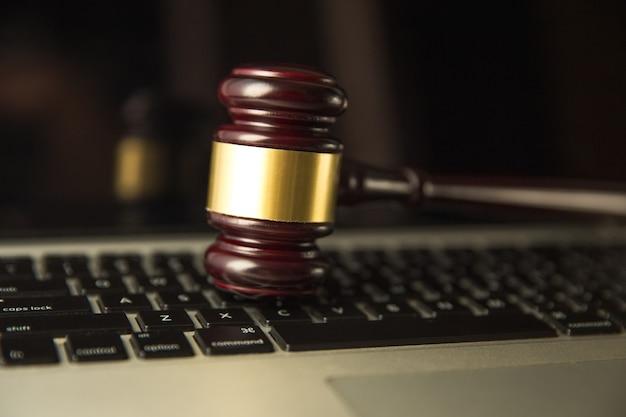 Leilão. leilão ou martelo de juiz em um teclado de computador. 3d illustration.yber lei ou conceito de leilão online. martelo do juiz isolado em um teclado de computador para a visão op on-line, plano de fundo.