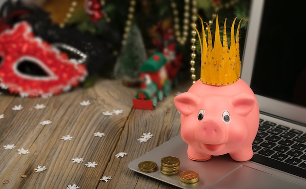 Leitão rosa com coroa dourada. closeup