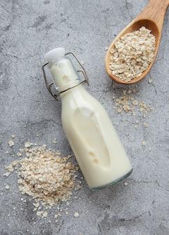 Leite alternativo vegan não lácteo. leite em flocos de aveia