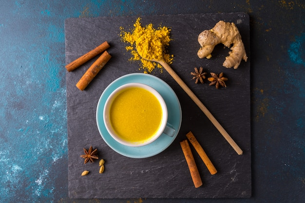 Leite ayurvédico dourado com leite açafrão, feito com açafrão e outras especiariasem azul