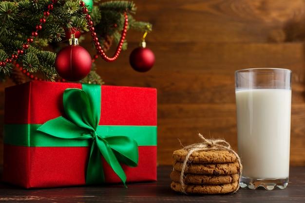 Leite, biscoitos e presentes debaixo da árvore de natal