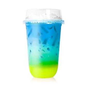 Leite colorido no vidro plástico isolado no branco.
