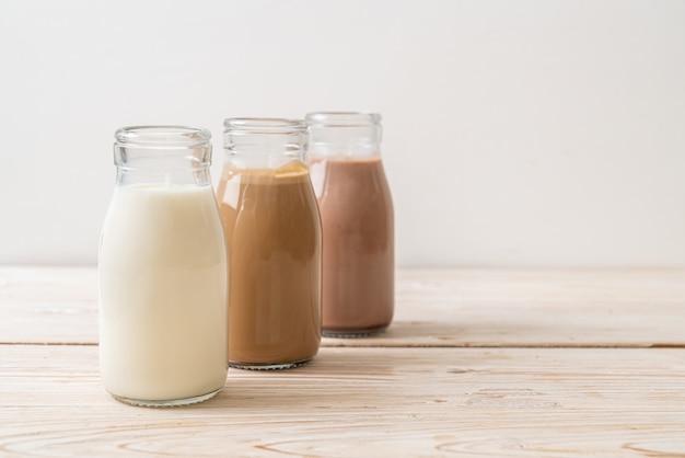 Leite com chocolate, café e leite fresco em garrafa