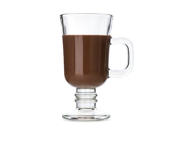 Leite com chocolate em copo vintage em branco