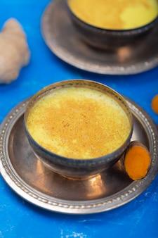 Leite de açafrão dourado com ingredientes
