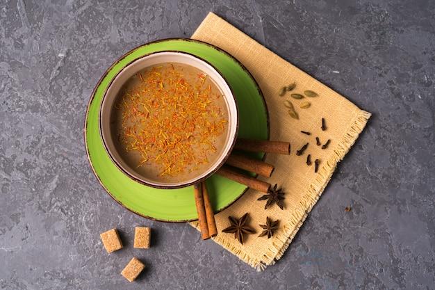 Leite de açafrão dourado com leite curcuma em pó em um copo grande