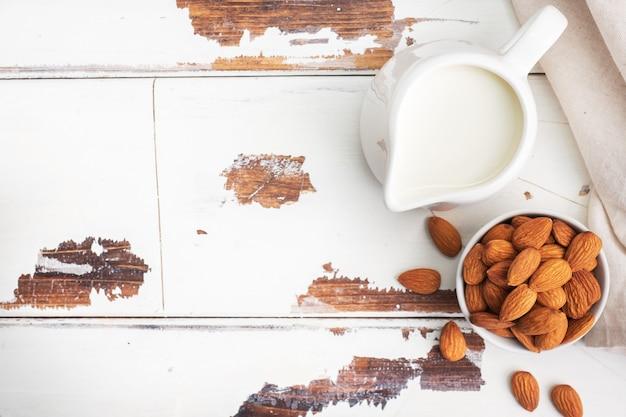Leite de amêndoa em jarro de leite de cerâmica