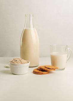 Leite de aveia não lácteo e biscoitos de aveia
