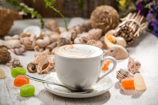 Leite de café, em uma mesa de madeira