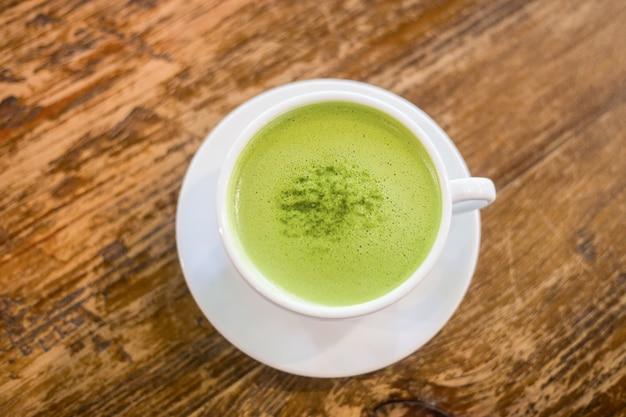 Leite de chá verde em um copo