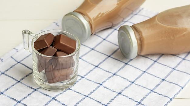 Leite de chocolate em uma mesa de madeira branca.