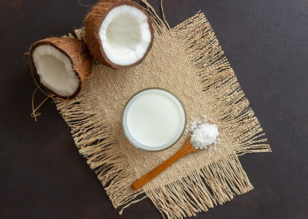 Leite de coco e cocos frescos. comida vegetariana. alimentação saudável.