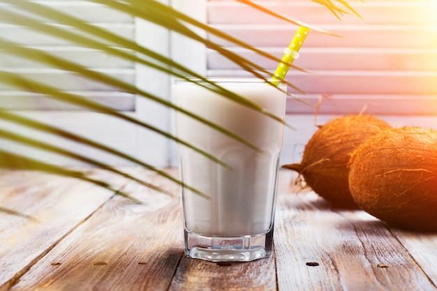 Leite de coco vegan não lácteos em um copo alto