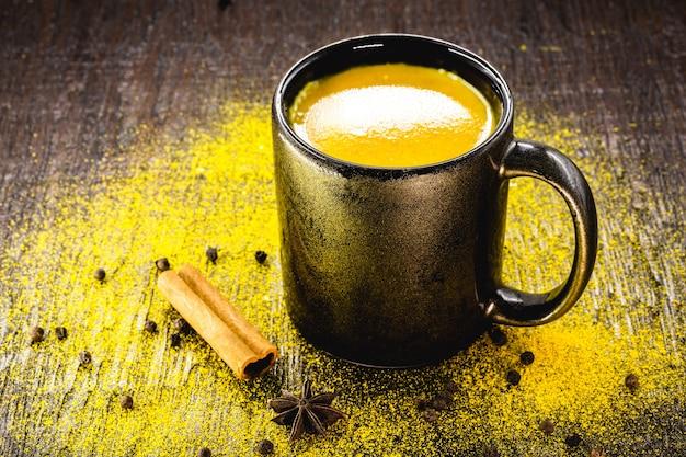 Leite de cúrcuma e canela, leite dourado, bebida indiana ancestral