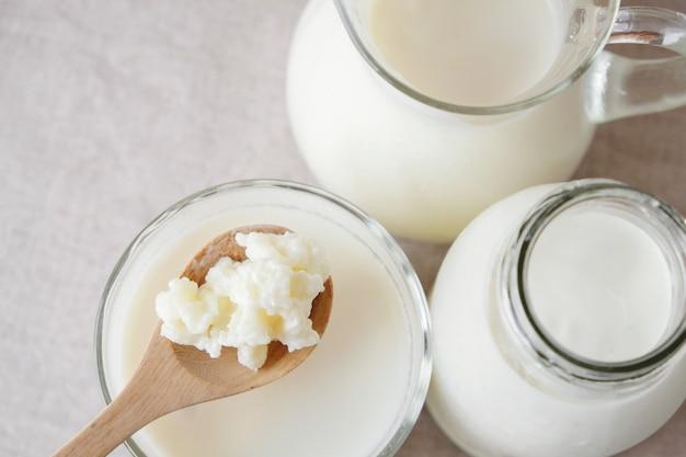 Leite de kefir de leite probiótico em recipientes de vidro