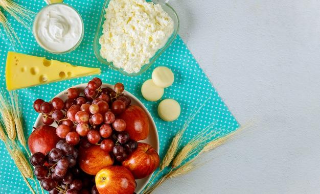 Leite de maçã, uva e laticínios, queijo cottage para shavuot