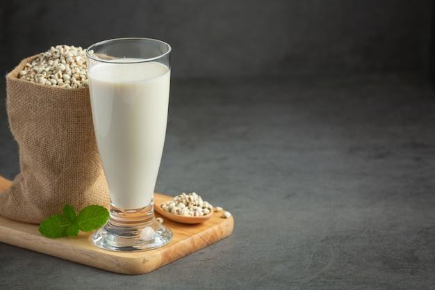 Leite de milho em copo pronto para servir