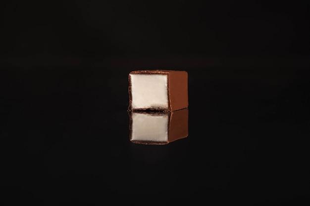 Leite de pássaro em um fundo preto de cana-de-açúcar