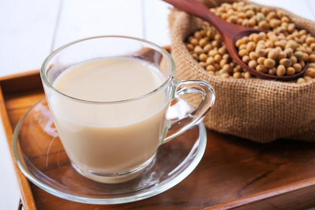 Leite de soja caseiro e soja