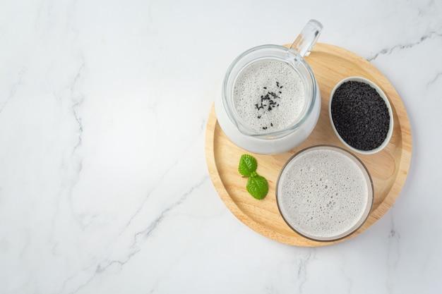 Leite de soja mistura de gergelim preto em fundo de mármore