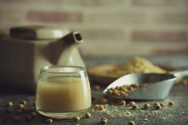Leite de soja no copo e a chaleira é colocada ao lado