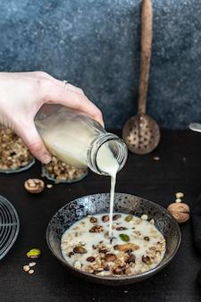 Leite de soja sendo derramado na granola