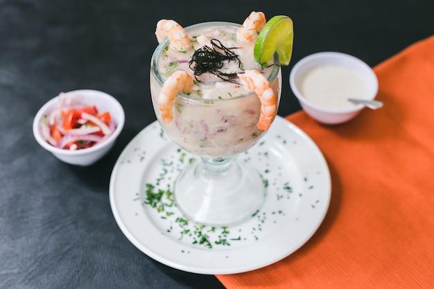 Leite de tigre com camarão e molho peruano