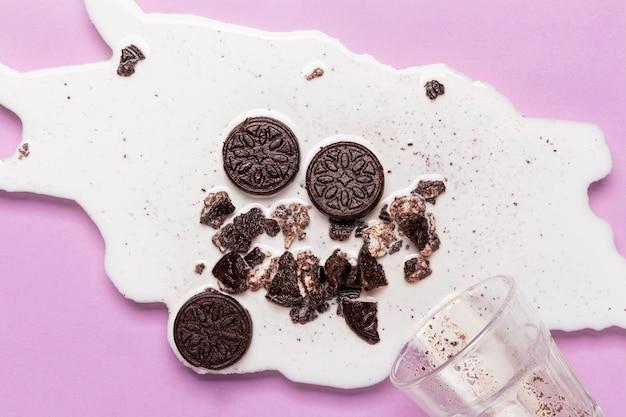 Leite derramado com biscoitos amassados