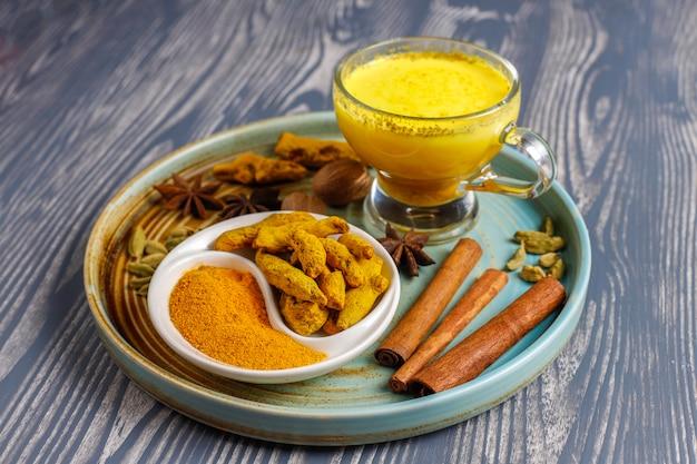 Leite dourado de cúrcuma bebida indiana tradicional.