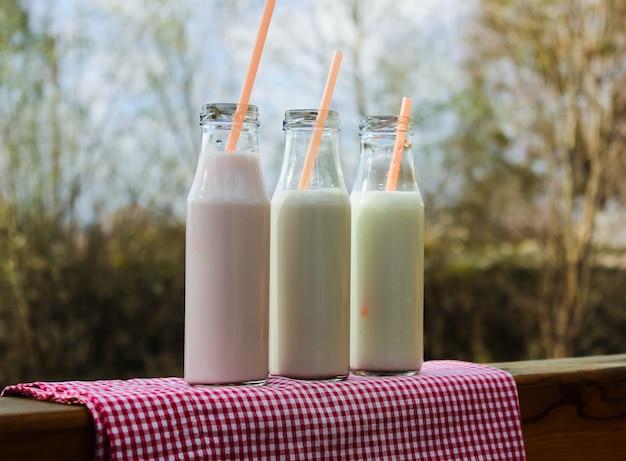 Leite e bebida de leite sobre o rio ao ar livre