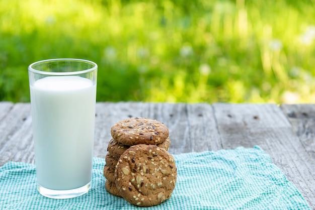 Leite e biscoitos ao ar livre.