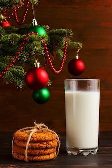 Leite e biscoitos para o papai noel debaixo da árvore de natal
