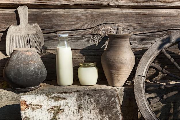 Leite e creme de leite com interior vintage, louça e utensílios antigos