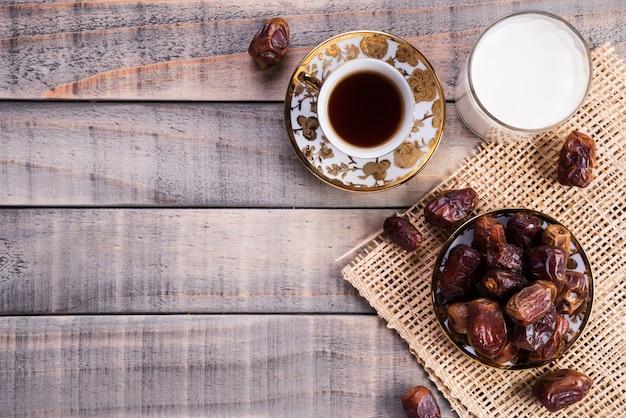 Leite e fruta das datas. conceito iftar muçulmano simples. ramadan comida e bebidas.