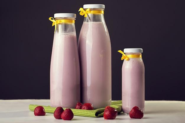 Leite e frutas. iogurte de leite natural e morangos