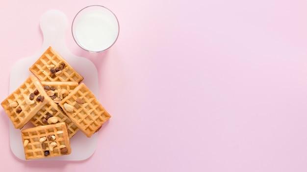 Leite e waffles com cópia-espaço