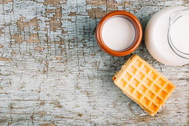 Leite e waffles