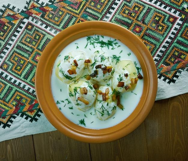 Leite fermentado guslyanka com batata e bacon frito. culinária dos cárpatos