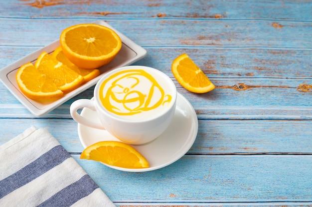 Leite fresco com frutas alaranjadas e fatiadas de laranja.
