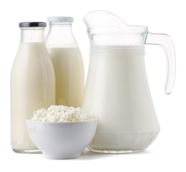 Leite fresco de produtos lácteos e queijo cottage isolado no fundo branco