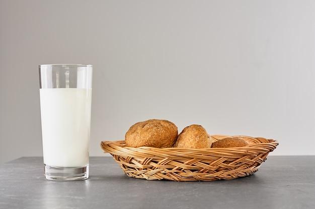 Leite fresco e pão na mesa de pedra cinza. estilo parente. conceito do dia mundial do leite.